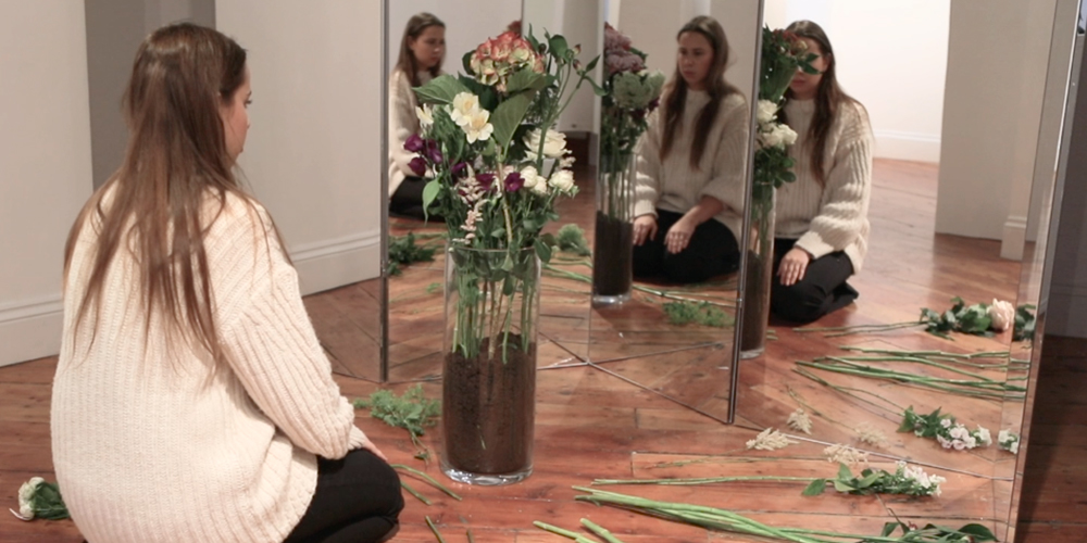 Liza Aminova, Reflective gifts, video performance